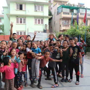 Visite des enfants à l'école à Katmandou